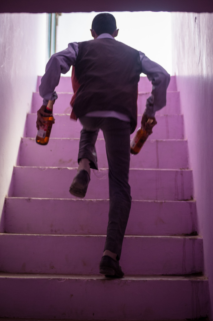 """Autore: Alessandro Trapani Titolo: La scala rosa Motivazione: La giuria non tecnica del birrificio Mustacanus ha votato unanime """"La scala rosa"""" come meritevole del premio speciale del concorso. Il ragazzo che sale le scale """"a due a due"""" rende l'idea dell'urgenza nel soddisfare una richiesta. La sensibilità e l'intuizione fulminea dell'autore ha fermato la voglia di far presto e bene e ci ricorda che spesso queste albergano e si scoprono dove forse mai andremmo a cercarle."""